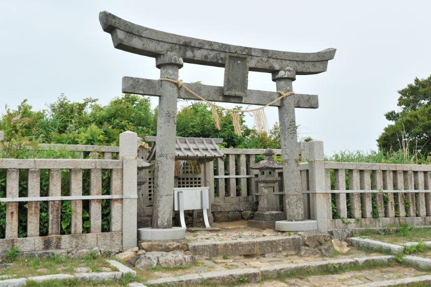 山頂にある御神廟。夫婦神が寄り添って、弥彦を見守っています