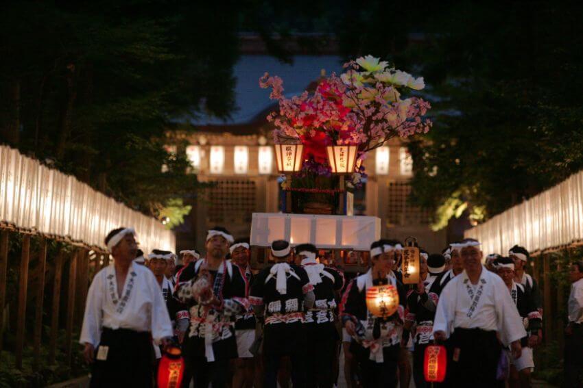 色とりどりの花が飾られた燈籠は宵闇に浮かび上がるように美しいんです。