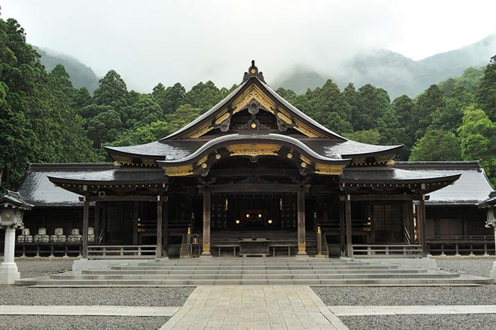 おやひこさまの拝殿。雨の日は一層幻想的な雰囲気に包まれます。