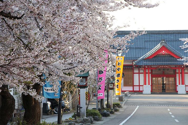 春めく弥彦駅。社殿のような装飾が弥彦らしいです。