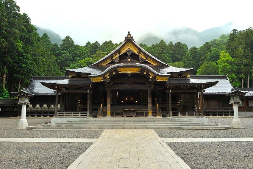 弥彦山を背に大きな屋根を広げる弥彦神社拝殿