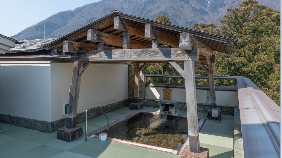 緑豊かな弥彦山を眺めることができる展望露天風呂「星まくら」(女性用)